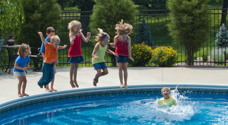 kids-jumping-into-pool-800x439